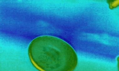 צילום במצלמה תרמית שבו אנו רואים סימני רטיבות בין הקיר לתקרה