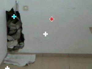 לאחר פתיחת הקיר נמצא הצינור הדולף