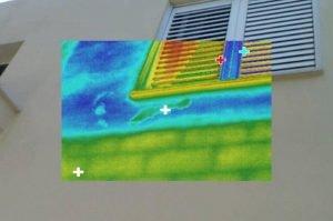 חדירת מים מסביב לחלונות בצילום על ידי מצלמה תרמית במעטפת המבנה