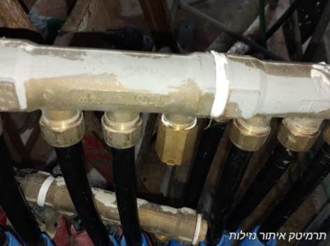 דוגמא לדליפה בצינור אספקת מים שירותים במרכז מסחרי