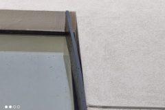 משקוף הלבשה חיצוני של החלון מנותק ומחדיר מים פנימה